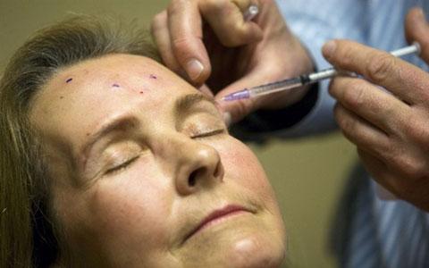 اثرات بوتاکس تقلبی، از افتادگی دائم پلک تا عفونت شدید صورت