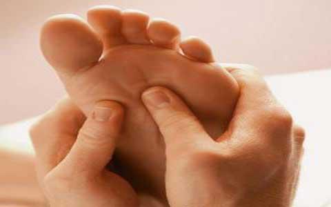 چگونه پف یا تورم دست و پا را درمان کنیم ؟