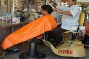 آرایشگر مبتکر ایرانی، همکارانش را از ایستادن طولانی خلاص کرد