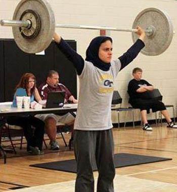 دختر محجبه در رقابت های وزنه برداری آمریکا + عکس