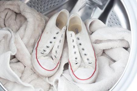 شستن کفش های کتانی سه سوت