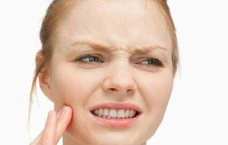 چرا کنارگونههای پوست صورتم پوستهریزی و خارش دارد؟